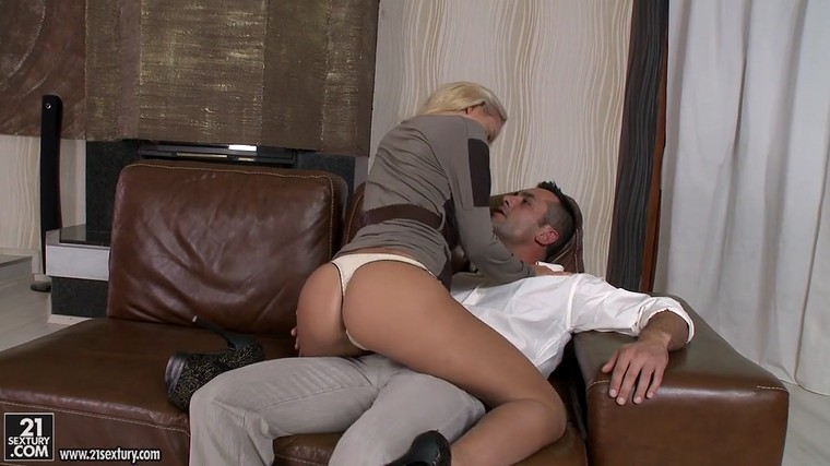 Teen blonde Vanda Lust in white panties
