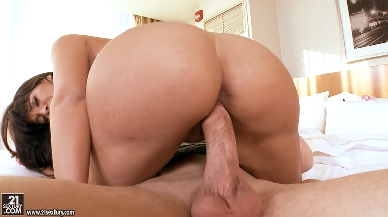 Gorgeous MILF with big round booty seduced guy